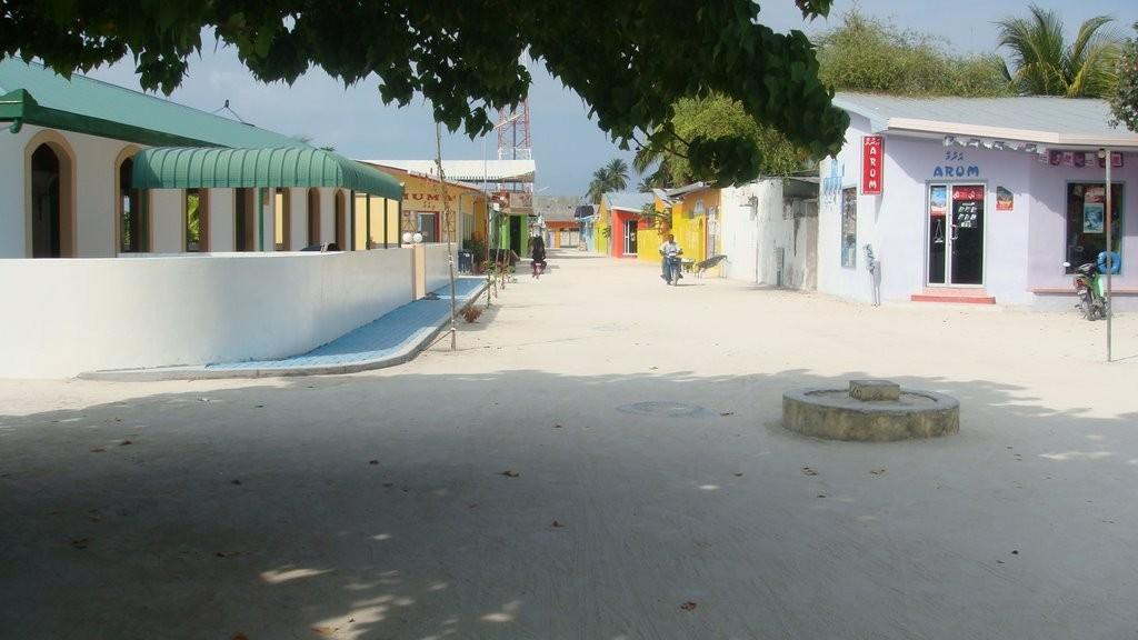 Вот так выглядит улица на острове, где обитают местные жители